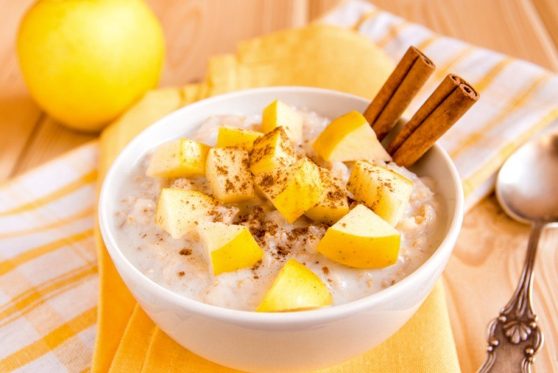 Hot oatmeal with fruit and cinnamon