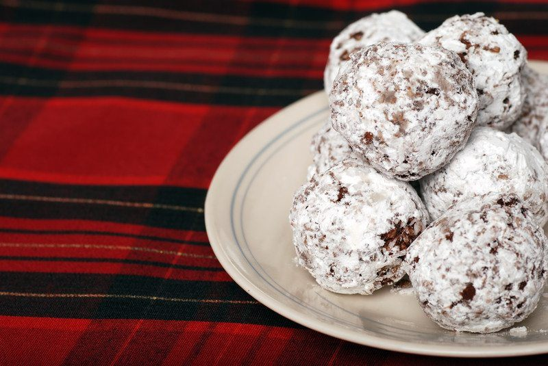 gluten free no bake cookie balls dusted with powdered sugar
