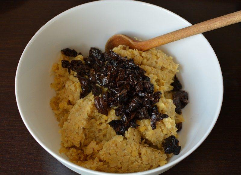 Addinf olives to red lentils