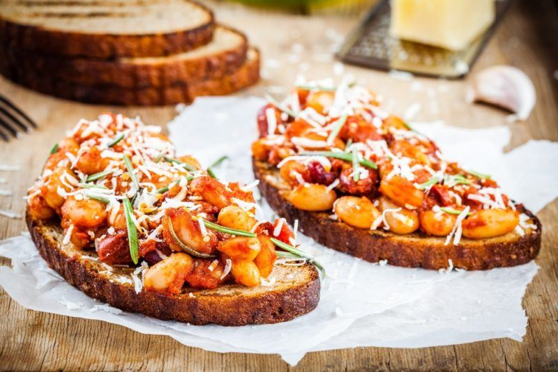 Baked beans on toast with toppings
