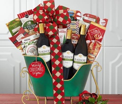 Green sleigh with wine and snacks
