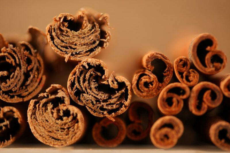 Pieces of cassia cinnamon and ceylon cinnamon side by side