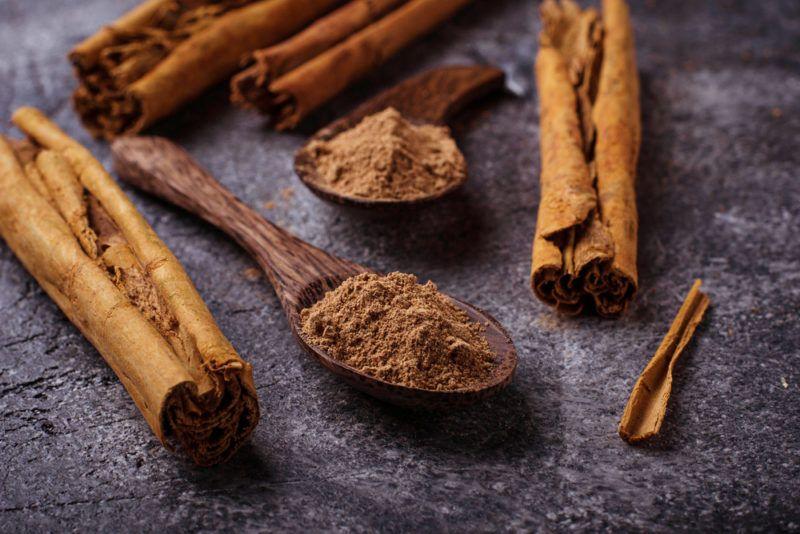 Cinnamon sticks and cinnamon powder on a table