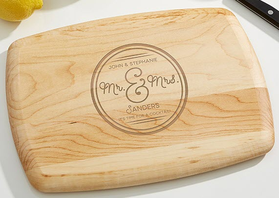 Cutting board with a circle and engraved text