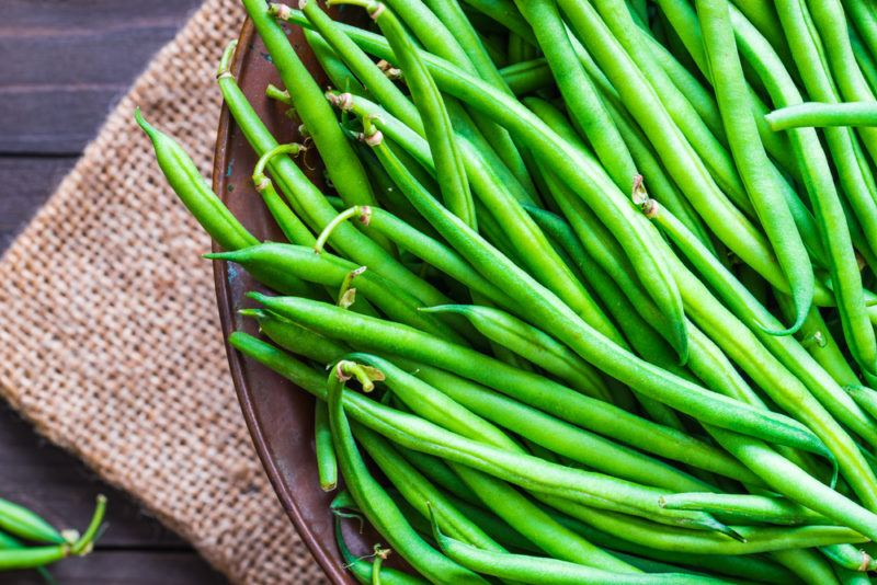 A bowl that contains green beans