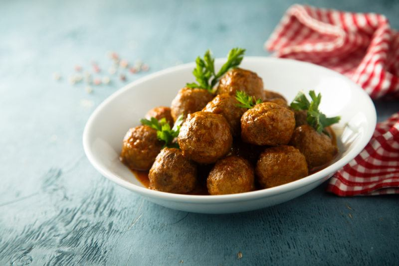 A white bowl containin meatballs