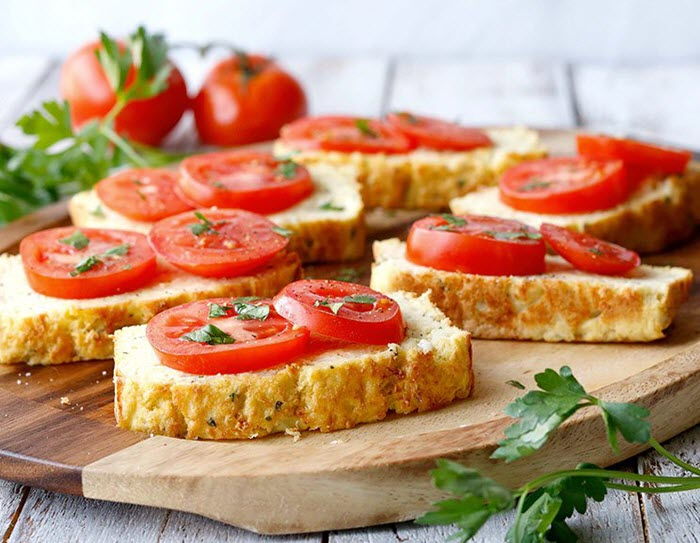 Sliced pieces of cauliflower garlic bread with tomatoes