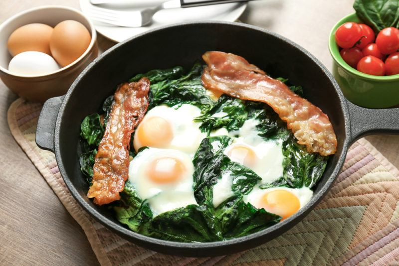 A breakfast with spinach eggs and bacon