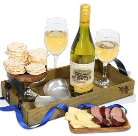 Wooden tray with wine, wine glasses and crackers